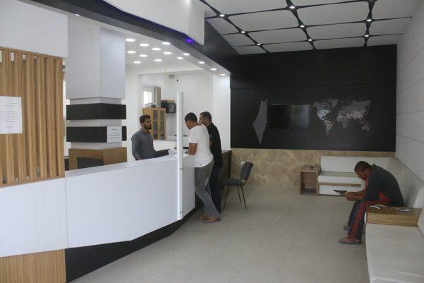 مركز خدمات الجمهور في بلدية عبسان الكبيرة ينجز نحو (2200) معاملة خلال النصف الأول من العام الحالي .