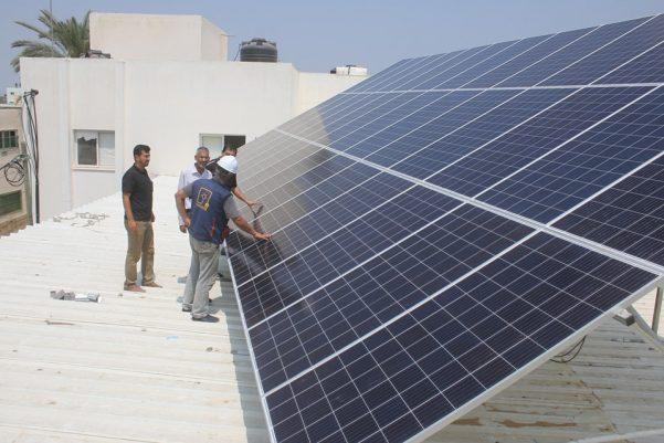 ضمن خطتها لزيادة الاعتماد على الطاقة الشمسية بلدية عبسان الكبيرة تشرع في تركيب نظام طاقة شمسية لتشغيل محطة تحلية مركزية