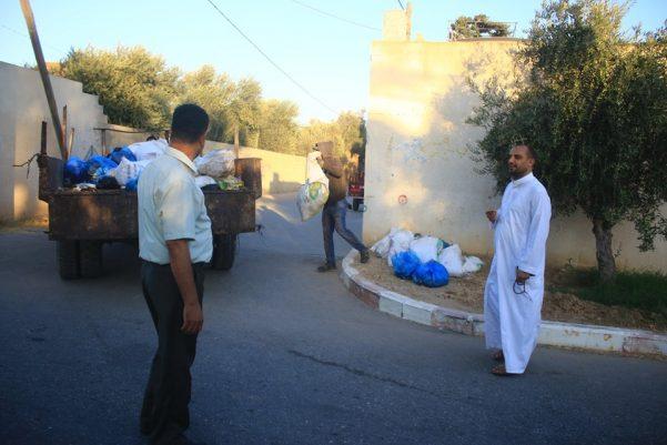 جانب من أعمال دائرة الصحة والبيئة في تنظيف شوارع البلدة من مخلفات الأضاحي